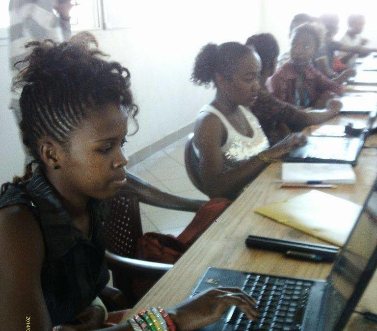 Les filles de la Bloco Malagasy se mettent à la bureautique pendant la période des vacances