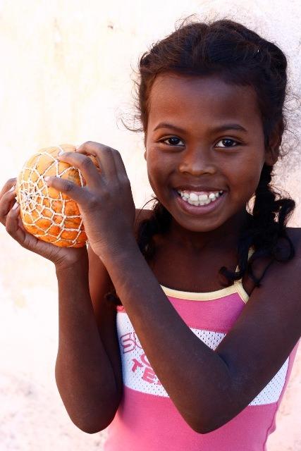 ¿Sabías que con simples bolsas de plástico podemos fabricar un balón?