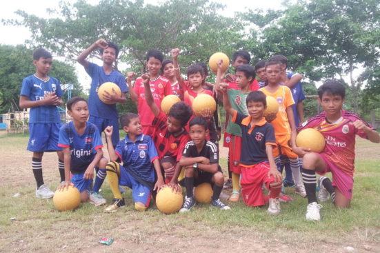 ¡Fútbol en la escuela primaria de Wat Rokar!