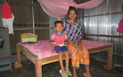Reparando el hogar de una familia en Camboya