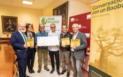 """Agua de Coco recoge un cheque por 3000€ por la recaudación de la venta del libro """"Conversaciones con un Baobab"""""""