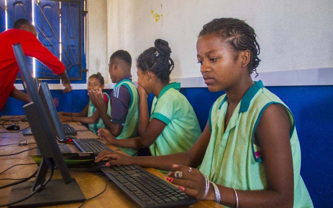 La Escuela de Las Salinas recibe una donación de 13 ordenadores