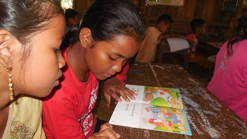 Las escuelas de Camboya reciben la donación de libros para la mejora del aprendizaje de los niños