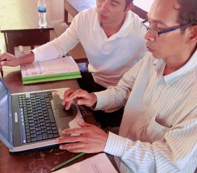 Clases de informática para el profesorado en Camboya