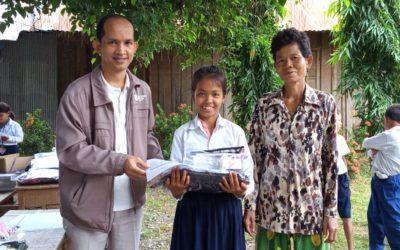 148 estudiantes de nuestros proyectos en Camboya reciben material escolar