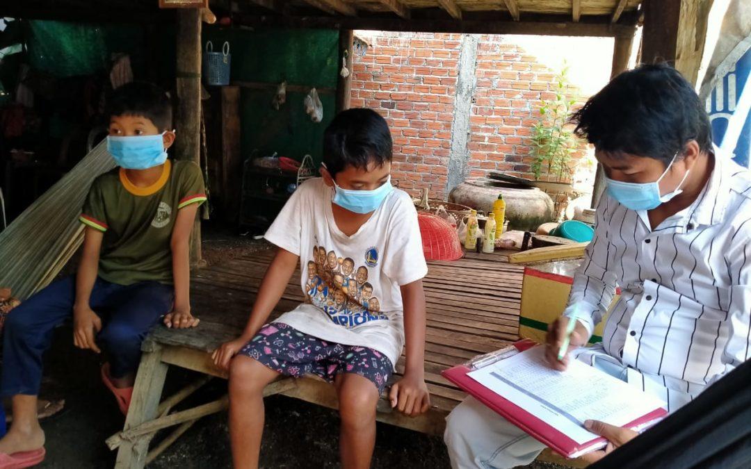 Nuestros beneficiarios en Camboya reciben sus packs de material escolar