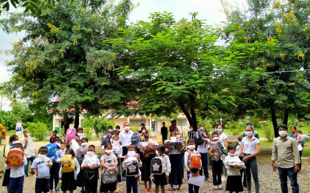 Hacemos entrega de los kits de material escolar a nuestros beneficiarios en Camboya