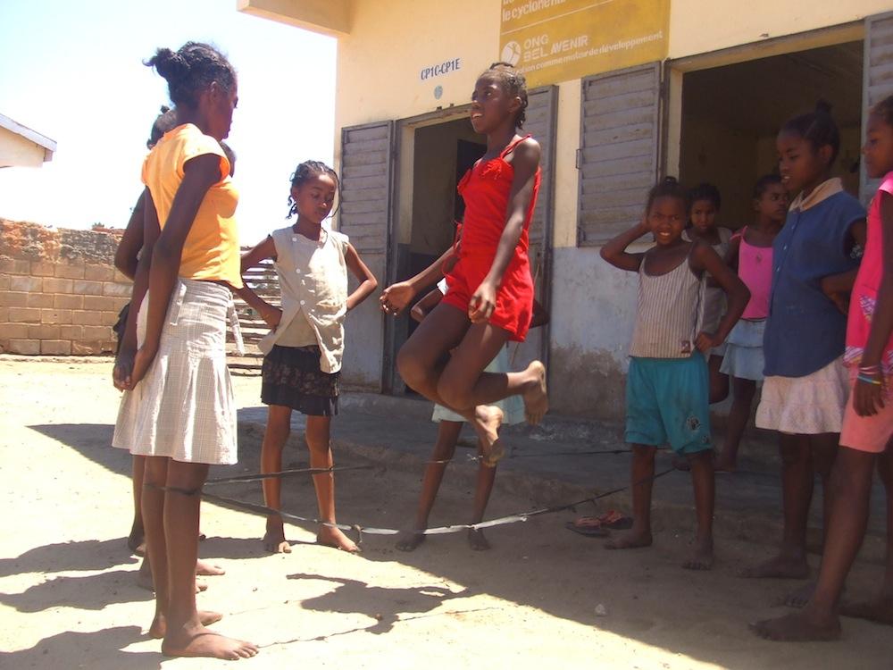 Jouez au jeu de l'élastique avec les enfants de Madagascar