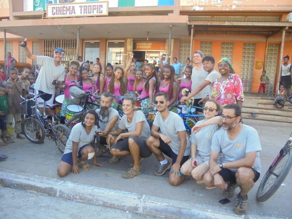La Bloco Malagasy a accueilli les participants de Roul'mon Coco devant le Centre d'Art et Musique
