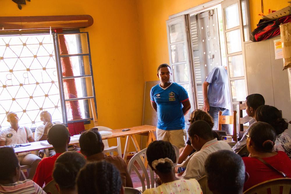 Les directeurs d' écoles, la Direction Régionale de l'Education Nationale ainsi que la Circonscription Scolaire de Tuléar participent à une réunion d'information ayant comme but de faire connaitre les activités de l'ONG Bel Avenir et d'Eau de Coco
